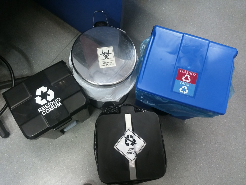 Lixeiras etiquetadas como resultado da primeira campanha da GT (Foto: Arquivo pessoal do facilitador Iran Amorim da Silva).